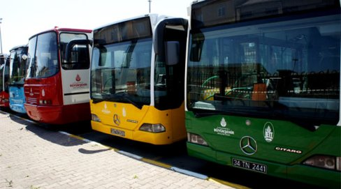 Bus de differentes couleurs de la municipalité d'Istanbul