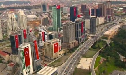 Drapeaux turcs sur les immeubles du quartier de Maslak
